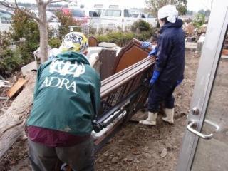 ベッドなども運び出すため、力仕事ができる人が必要になる上の写真に写ってい... 【緊急】東日本大