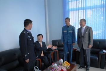父親代わりのような笹川会長(右)笹川会長は当日、耿受刑者が部屋に入ると、... 「日本語の勉強を