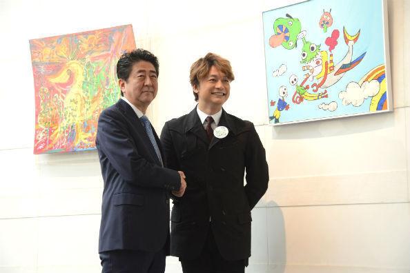 安倍首相が香取慎吾さんと握手!