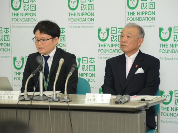 調査結果を説明する日本財団の笹川会長と芳川龍郎職員