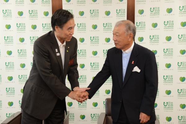 握手を交わす阿部・長野県知事と笹川・日本財団会長