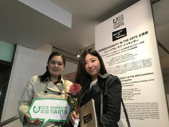 2万人目の来場者となった麻由美さん(右)、敦子さん(左)