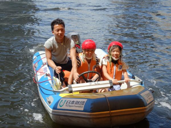 ゴムボートを体験、子どもたちは大喜び!