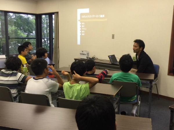 ロボットクリエーター・高橋智隆さんの話を間近で聞ける貴重な授業