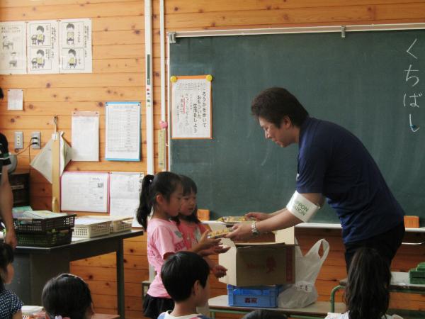 益城町の小学校で児童にお菓子を配り激励