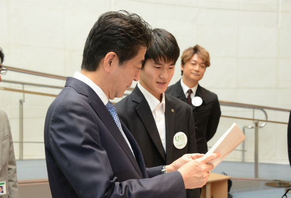 竜之介さんが会期中に新たに制作した作品を見る安倍首相