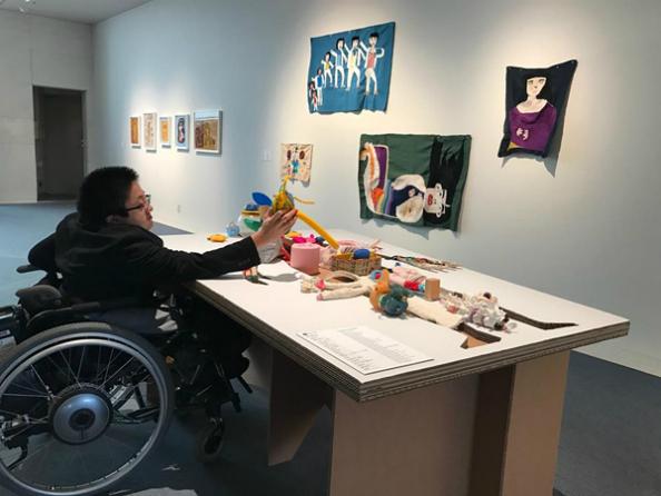 車椅子でも近づけるように台の下に空間を設けた展示台。作品の展示位置も通常より低めに展示しています