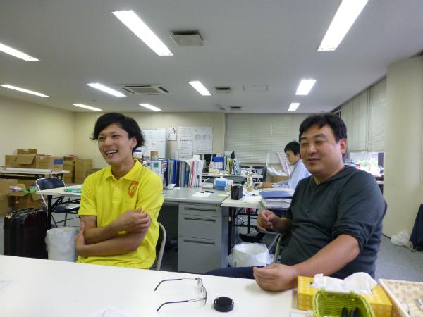 体験を語る久保亮太さん、梅谷センター長