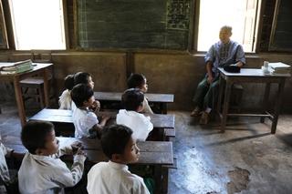 シャドー村の小学校を訪問.jpg