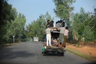 ヤンゴンからパアンへの道は舗装されていた.jpg