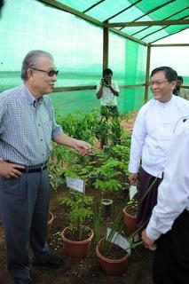 薬草栽培予定地訪問、州政府も同行.JPG