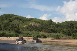 車、川を渡る.JPG