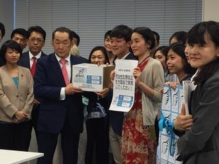 金田法務大臣に刑法性犯罪改正を求める署名を提出しました