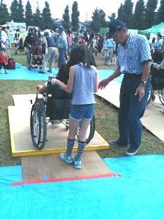 写真:車いすの体験をする子ども