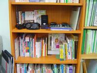 写真:UDコーナーの棚。本やグッズが並んでいます