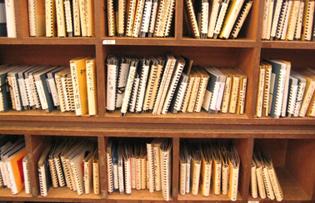 写真:絵本がつまった本棚