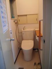写真:段差がなく洋式便器で手すりのあるトイレ