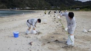 s18 朝仁海岸奄美市市役所の職員が50人以上で清掃作業.jpg