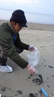 s22 仕事が終わってから清掃にかけつけて来た奄美サーフィンネットワークの長さん.jpg